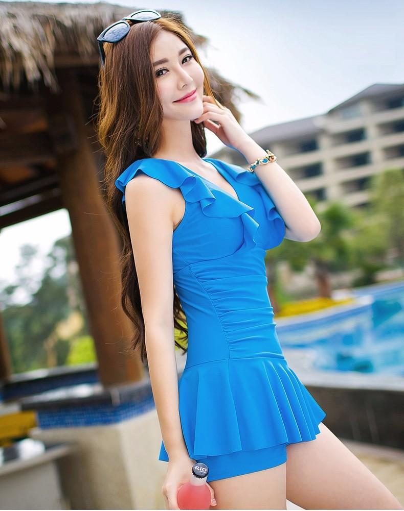 Kiểu bikini 1 mảnh dạng váy bồng bềnh, nhẹ nhàng màu xanh cuốn hút