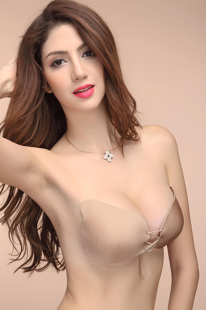 Những kiểu váy đầm ngực khoét sâu thì không nên bỏ qua item này